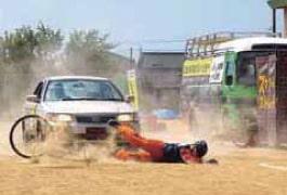 スタントマンによる交通事故再現