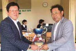 優勝者の谷内さんへ優勝カップの授与