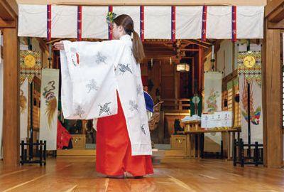 春祭り、五穀豊穣を祈り巫女舞の奉納