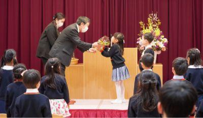 卒園児代表に花束を手渡し